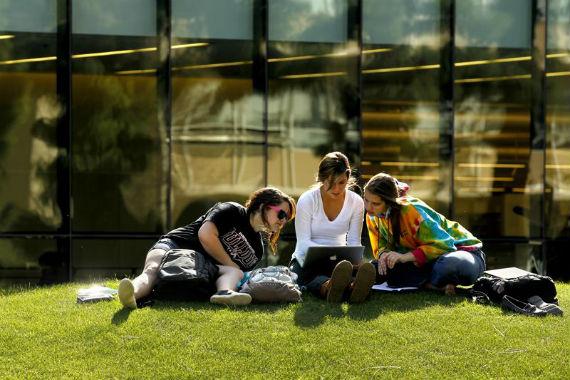 A educação vai às casas dos alunos e a tecnologia vem até o campus. Fonte: Fresno state