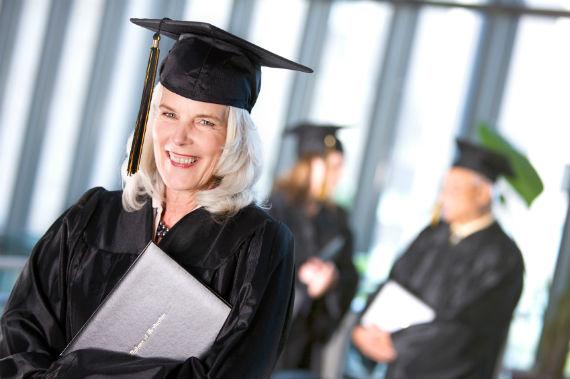 Cada vez mais, adultos retomam os estudos e graduam-se tardiamente graças às possibilidades da EAD. Fonte: Linfield College