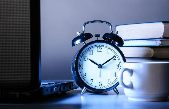 Gerenciar o próprio tempo é um desafio na educação que se torna ainda maior na EAD. Fonte: Cengage