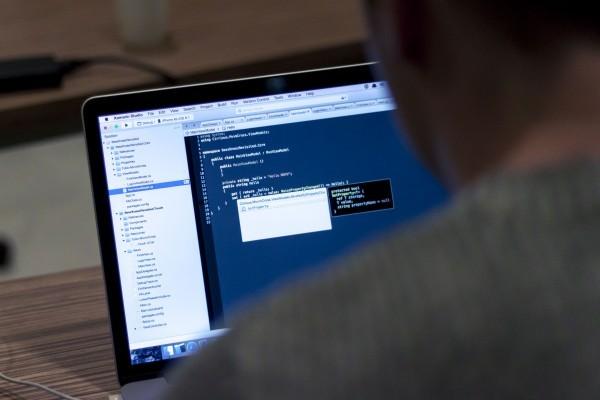 Por meio dos softwares, alunos dispõem de espaço de aprendizado em tempo integral