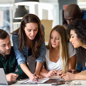 Empresas e universidades fazem parcerias para melhorar aprendizado