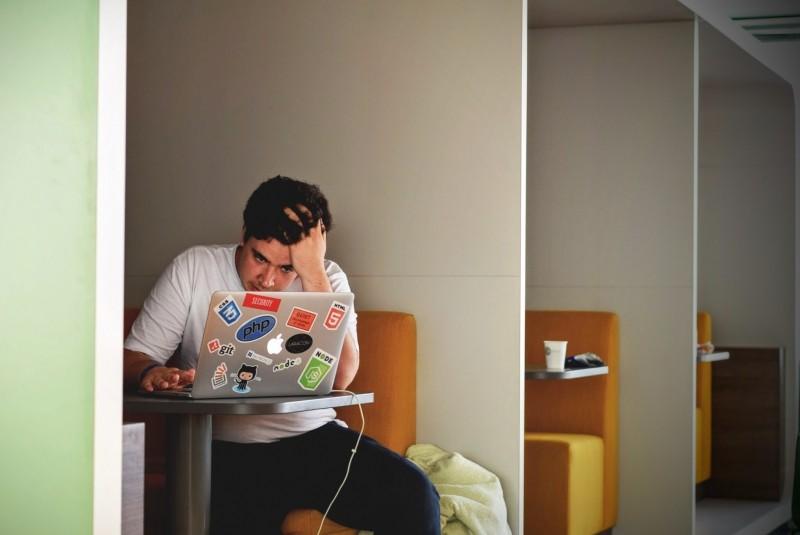 Estudantes depressivos: mesmo quando problema é reconhecido, foco costuma ser no tratamento, não na prevenção (FOTO: Visual Hunt)