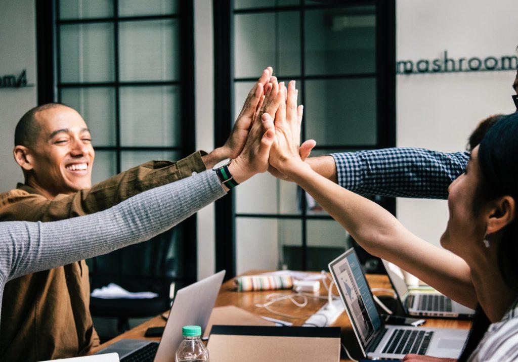 Aprendizagem por competências combina habilidades cognitivas, sociais, práticas e emocionais para o pleno desenvolvimento do estudante (Foto: Visual Hunt)