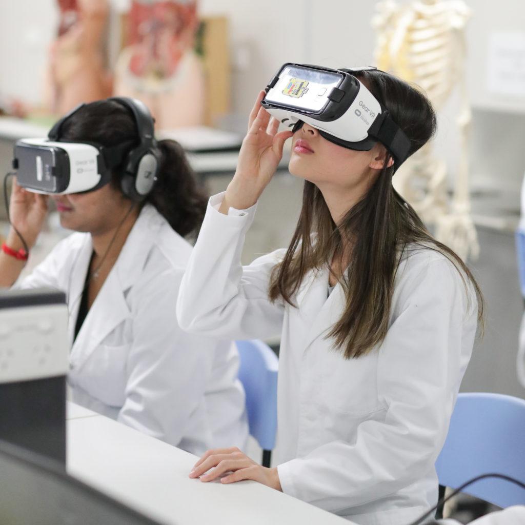 Alunos da Bond University, Austrália: realidade aumentada e virtual contribuem para experiências imersivas. (Foto: divulgação)