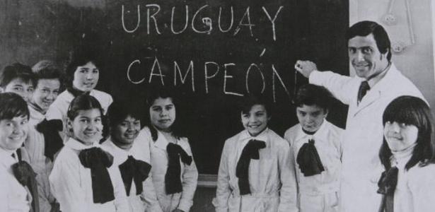 """Tabárez na sala de aula ao redor dos alunos: """"Uruguai campeão"""""""