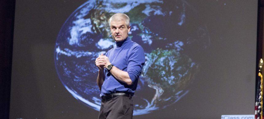 Jon Bergmann explica o conceito de sala de aula invertida