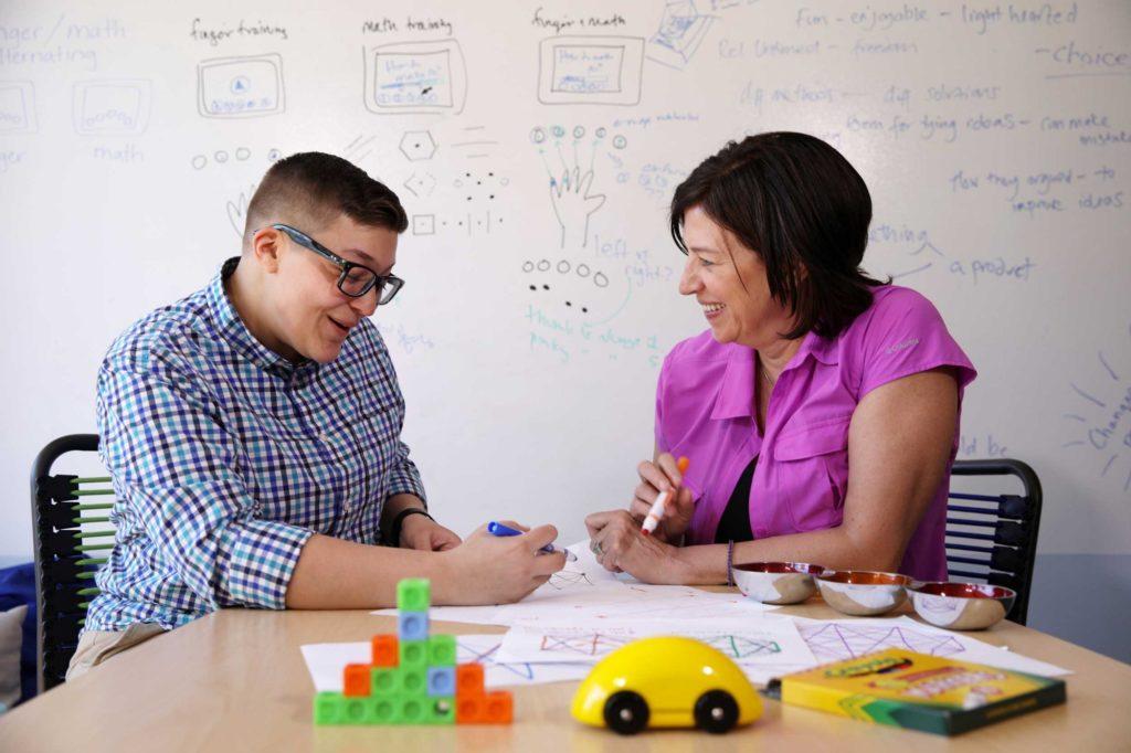 Montserrat Cordero (à esquerda), Designer Gráfico na Youcubed, com Jo Boaler, professora de matemática em Stanford. Crédito: divulgação/Stanford.