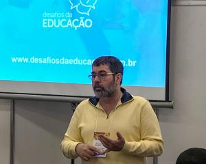 Foto acima: sessão de autógrafos da série desafios da educação. Da esq. para a dir.: Rui Fava, Thuinie Daros, José Moran e Lilian Bacich