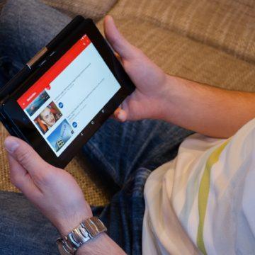 Saem os livros, entram os vídeos: YouTube ganha preferência na aprendizagem