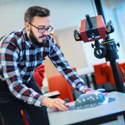 Aluno em laboratório da universidade Häme de Ciências Aplicadas, na Finlândia (Foto: Divulgação)