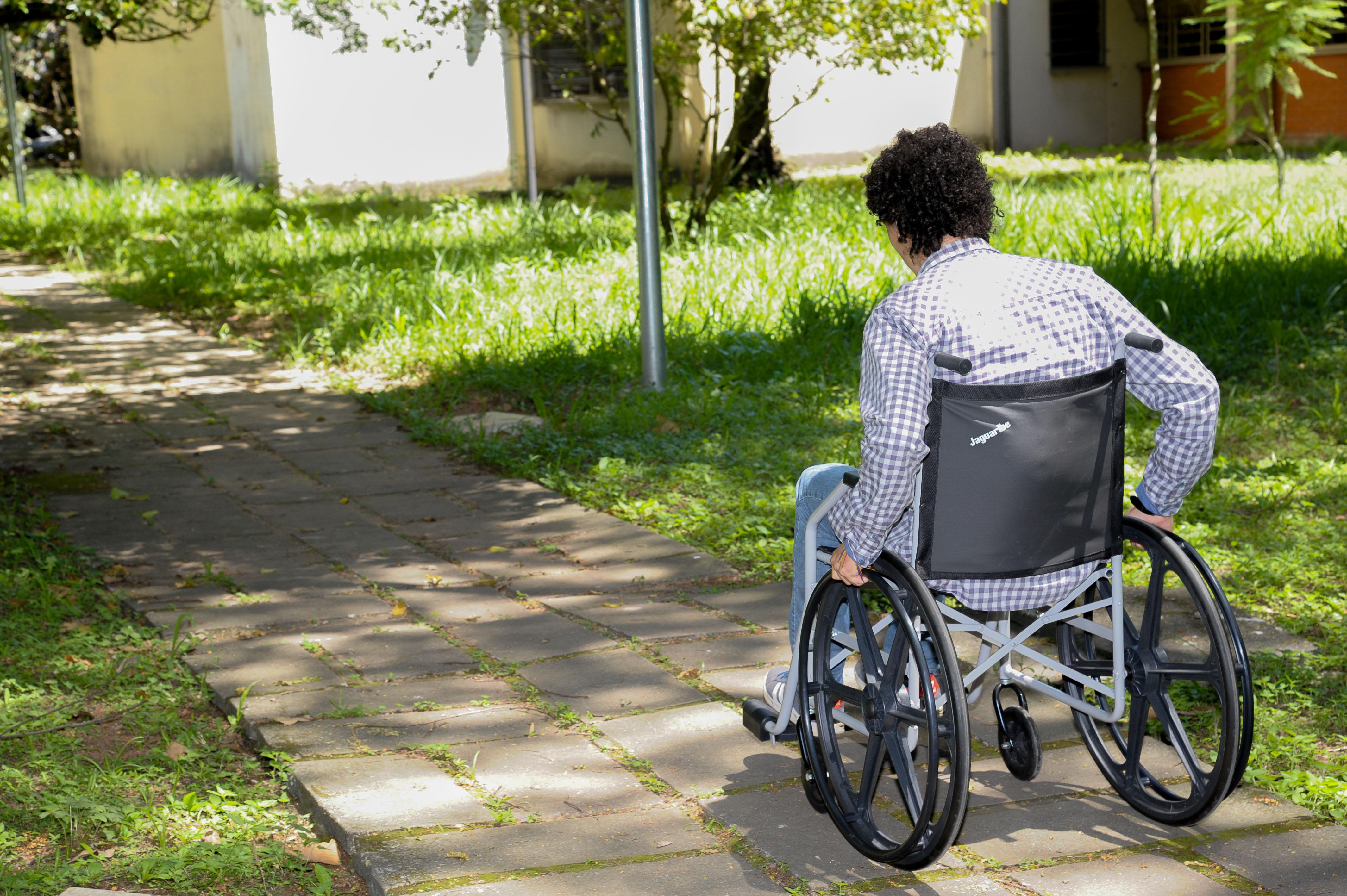 Usuário de cadeira de rodas: instituições de ensino têm o dever de eliminar obstáculos logísticos que impeçam a livre circulação dos alunos e sua autonomia. Crédito: Cecilia Bastos/USP Imagens.