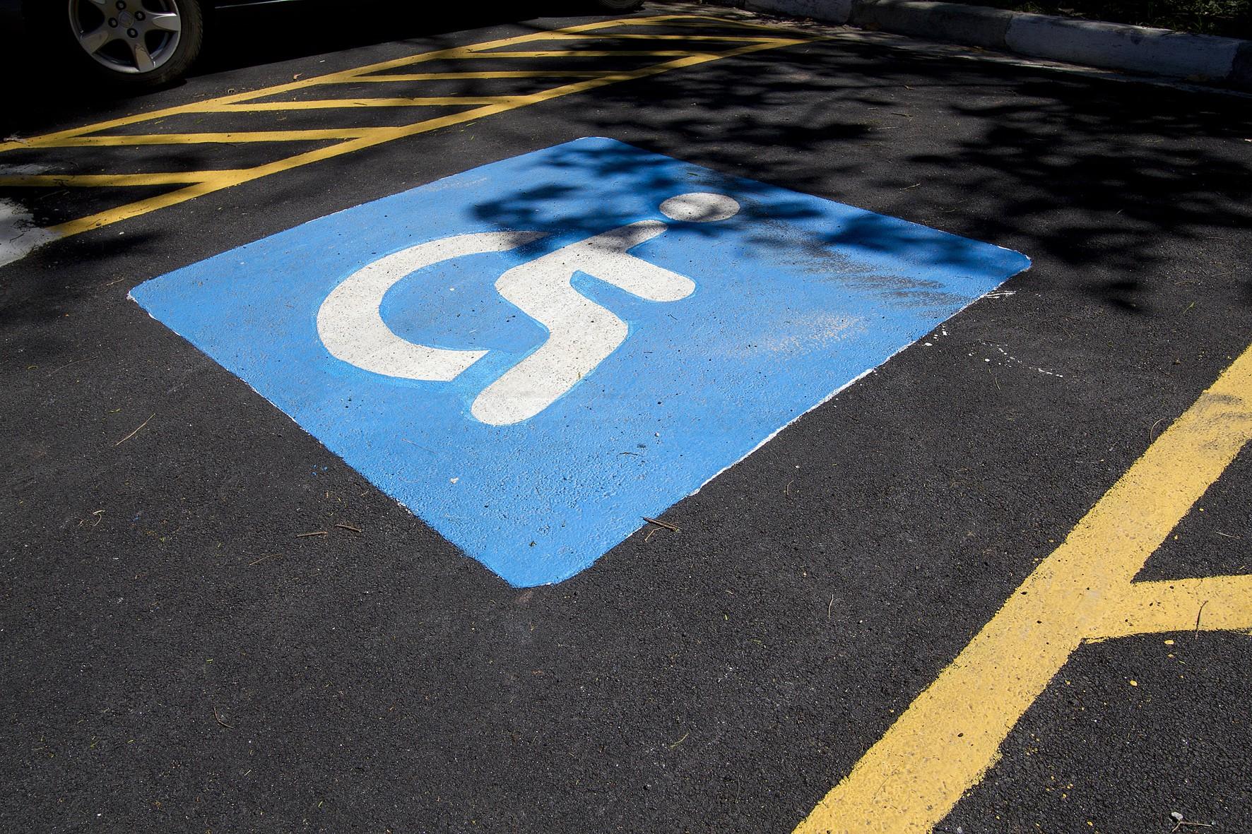 Estacionamentos devem ter lugares reservados a pessoas com deficiência motora. Crédito: Marcos Santos.