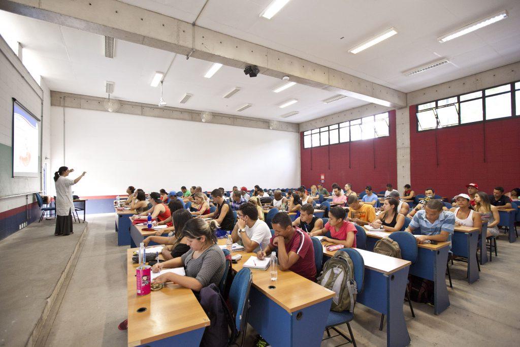 Alunos em sala de aula; Coronavírus e o futuro do ensino superior. Crédito: Divulgação.