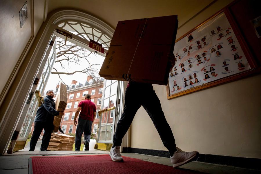 Alunos carregam caixas com pertences enquanto evacuam dormitórios de Harvard, por causa de coronavírus. Crédito: Rose Lincoln/Harvard.