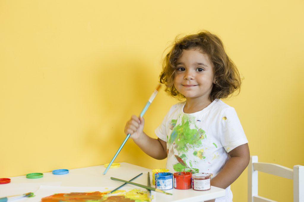 Criado por Loris Malaguzzi, o modelo de Reggio Emilia tornou-se referência o ensino infantil. Crédito: Freepik