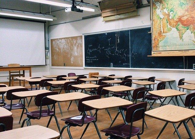 Sala de aula vazia. Professora explica como converter os ambientes físicos e outros grandes espaços não utilizados em centros seguros de aprendizagem online. Crédito: Pixabay.