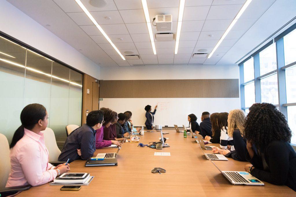Liderança a distância; pandemia levou gestores educacionais mudarem a suas formas de liderar. Crédito: Pexels.