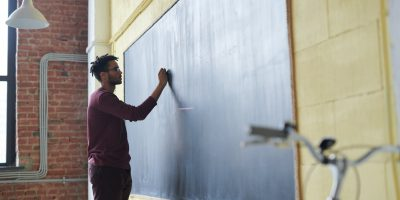 Professores devem ensinar inteligência emocional na sala de aula. Crédito: Pexels.