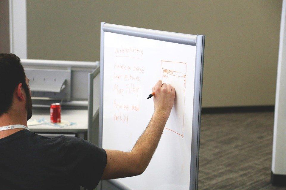 Professor em ação; ensino remoto de emergência não significa EAD. Crédito Pixabay.