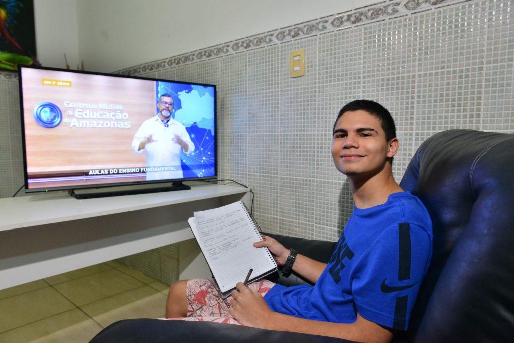 Crianças e jovens de escolas da rede pública do Amazonas estão tendo aulas pela TV. Crédito: Seduc/AM.