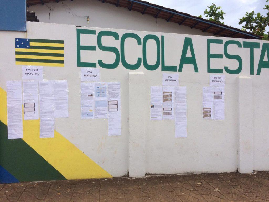 Escolas rurais em Goiás colocam os materiais escolares no muros da escola. Crédito SEDUC GO.