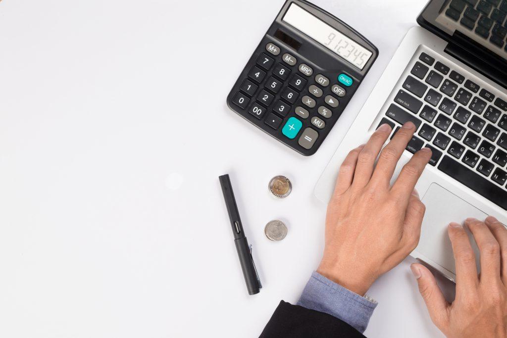 Diante o cenário atual, diminuir os gastos pode ajudar as faculdades se livrarem da falência. Crédito: Freepik.