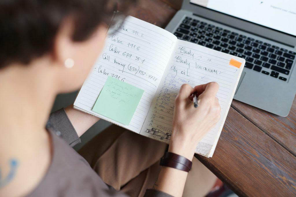 A escola está em casa; excesso de tarefas também é um problema. Crédito: Pexels.