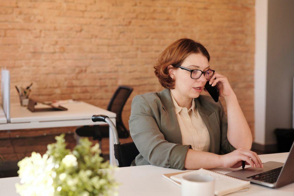 O distanciamento físico impulsionou liderança a distância de gestores e líderes empresariais. Crédito: Pexels.