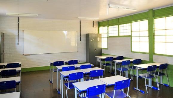 A continuação do ensino remoto pode manter as salas de aulas vazias.