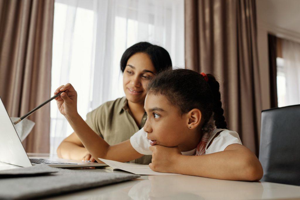 O apoio dos pais é fundamental na aprendizagem remota dos alunos com TDAH. Crédito: Pexels.