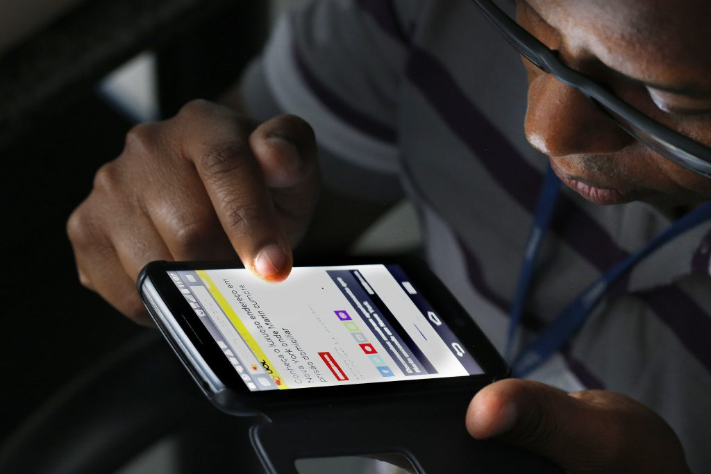Não há nenhuma obrigação da escola para compartilhar com os alunos o número de celular do professor, diz especialistas.