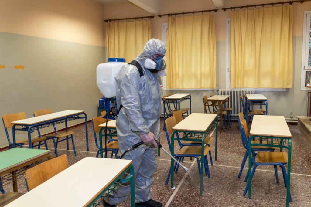 Após uma corrida para fechar escolas, setor precisa se adaptar aos novos protocolos de segurança. Crédito: Shutterstock.
