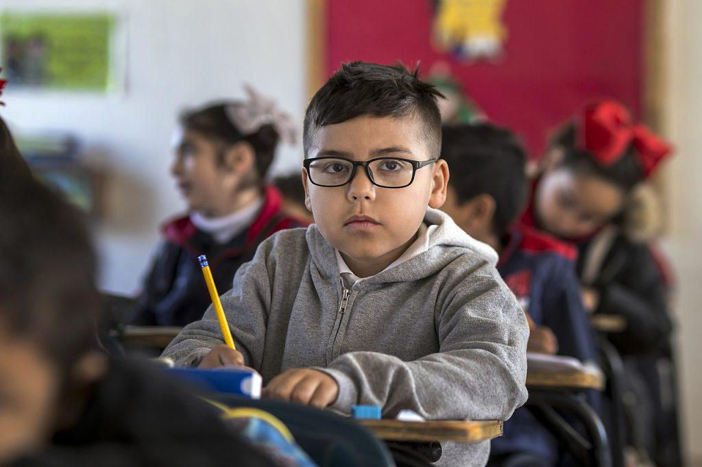 Obrigatoriedade escolar aos quatro anos de idade existe, mas depende da data de aniversário. Crédito: Pixabay.