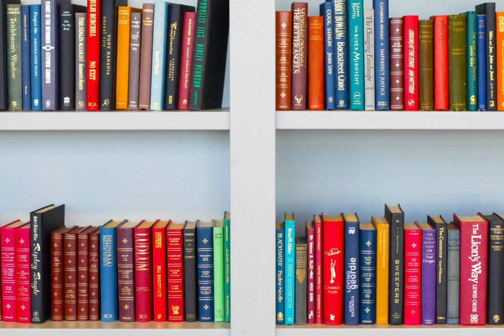 Conheça a seleção especial de livros que nossos editores fizeram sobre ensino híbrido. Crédito: Unsplash.
