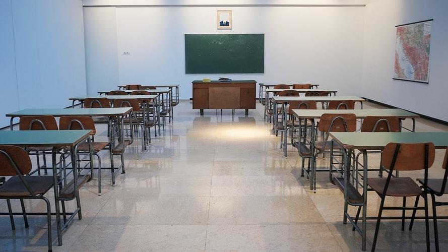 Escola na Servia; Retorno das aulas presenciais ocorreu em vários países da Europa.