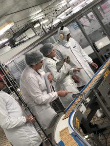 Estudantes da Uniamérica na Nutrimental: ensino híbrido e aulas no setor produtivo. Crédito: divulgação.