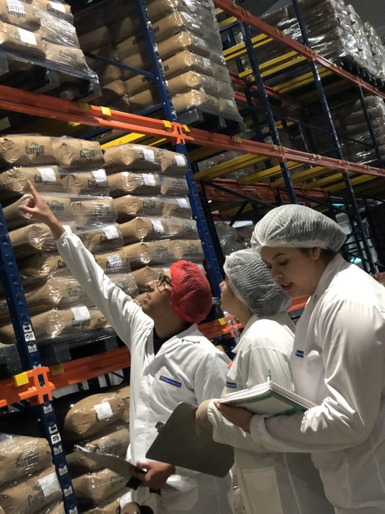 Alunos da Uniamérica no parque industrial da Nutrimental: cursos ainda são sediados na Prati-Donaduzzi e na CIBiogás. Crédito: divulgação.