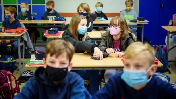 Reabertura das escolas na Europa: especialistas em saúde não classificam o aumento de ocorrências como uma segunda onda do coronavírus. Crédito: Gregor Fischer/Reprodução.
