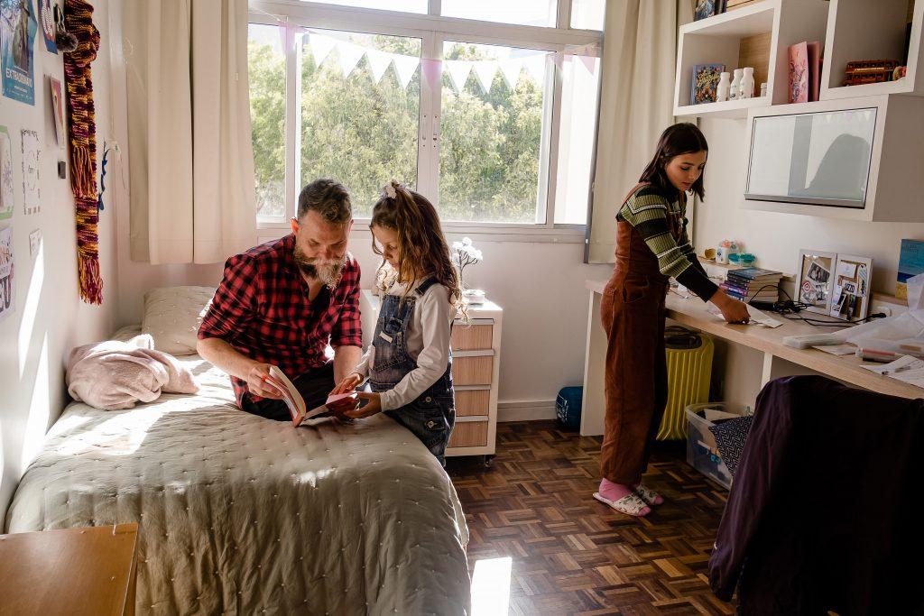 Marcos Piangers e suas duas filhas, Aurora e Anita.