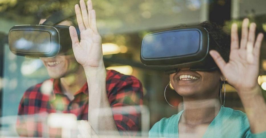 Óculos de realidade virtual: adesão à tecnologia trouxe inúmeros benefícios para ensino e aprendizagem, mas também traz desafios;