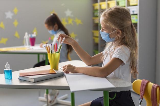 Escolas da Europa continuam abertas durante a segunda onda da pandemia. Crédito: Freepik.