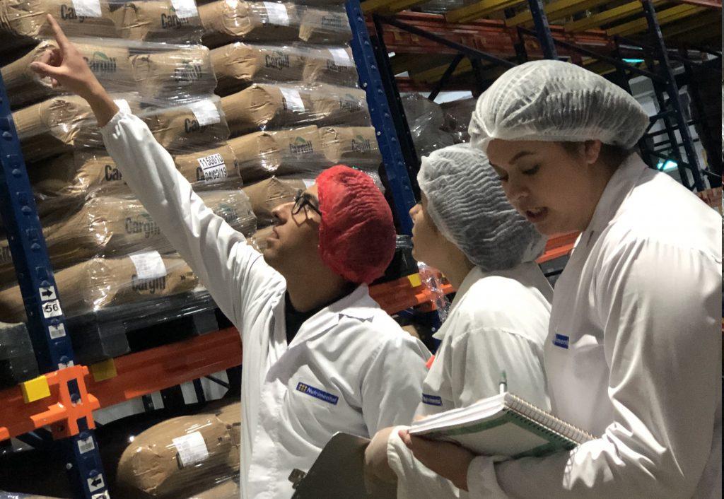 Parceria de faculdade e empresas leva os alunos da Uniamérica para dentro da fábrica. Crédito: Uniamérica/Divulgação.
