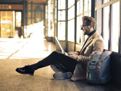 Homem estudando ead no corredor