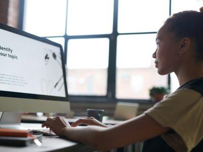 Aluna mexendo no computador entre a opção EAD ou presencial