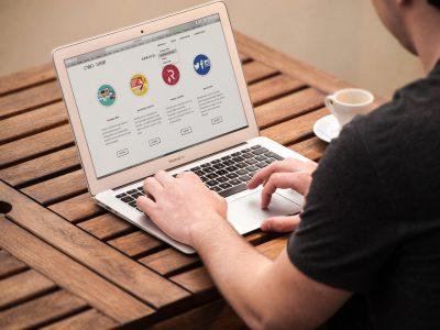 Homem mexendo no computador enquanto estuda por metodologias ativas