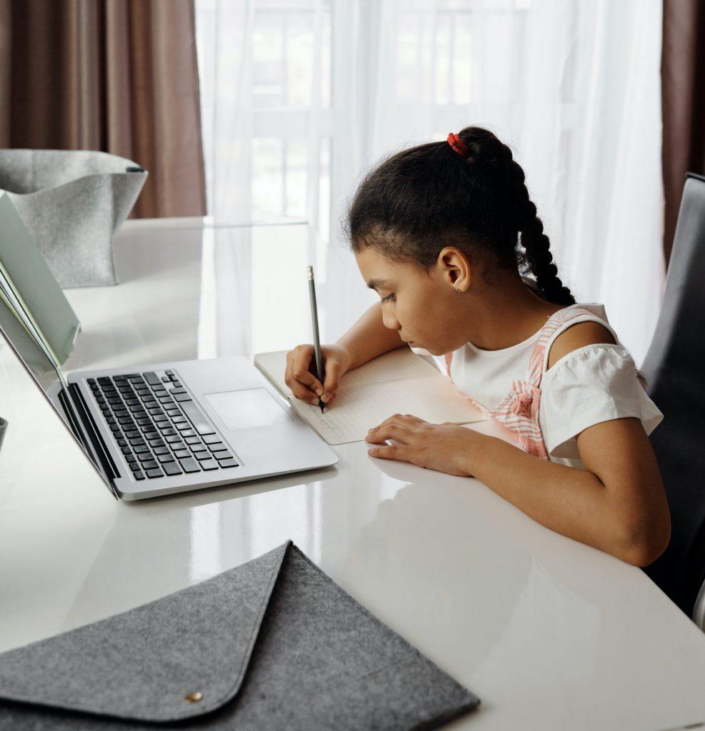 Sala de aula em casa; Criar um espaço de estudos pode promover o foco e aumentar a produtividade dos alunos. Crédito: Unsplash.