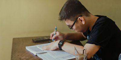 Aluno estudando na Educação Superior em 2021