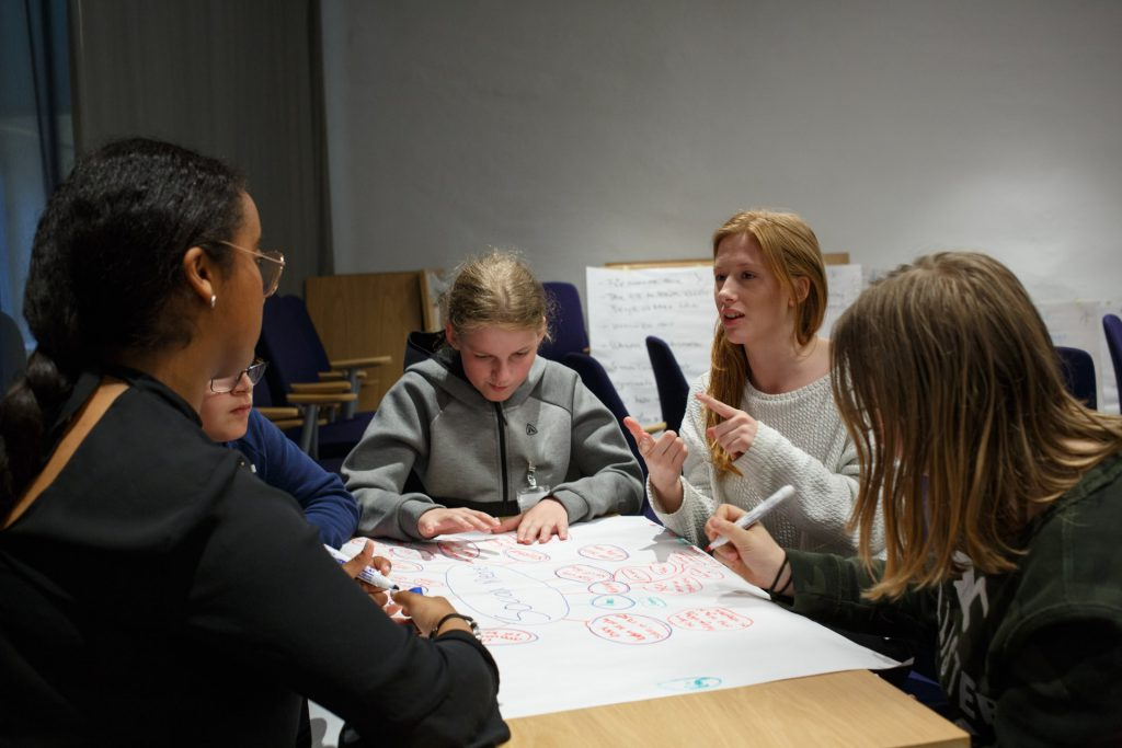 Em novo livro, autores propõe desenvolver métodos eficazes de ensinar competências em sala de aula. Crédito: Unsplash.