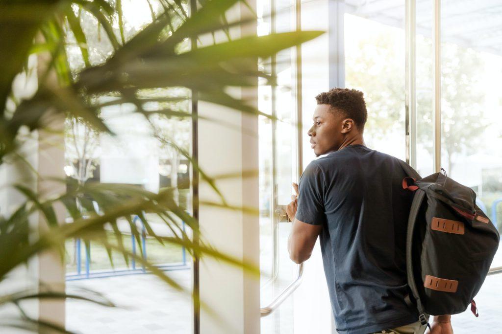 Os cursos de Direito (8,1%), Medicina (7,3%) e Odontologia (5,3%) têm as menores proporções de alunos negros matriculados no ensino superior. Crédito: pexels.