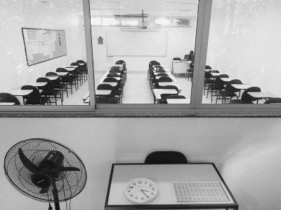 Interior de escola no Rio de Janeiro durante a pandemia. Crédito: Léo Chaves Ramos/Revista Pesquisa Fapesp.